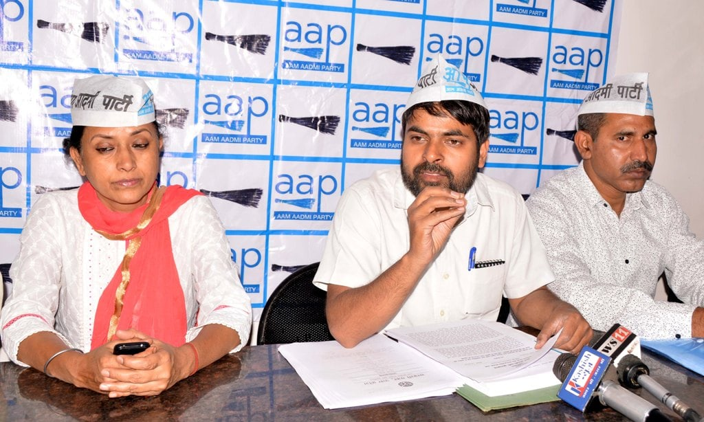 <p>AAP party State Committee member Rajan Kumar Singh along with party worker during a press conference at a city-based hotel in Ranchi on Wednesday.</p>