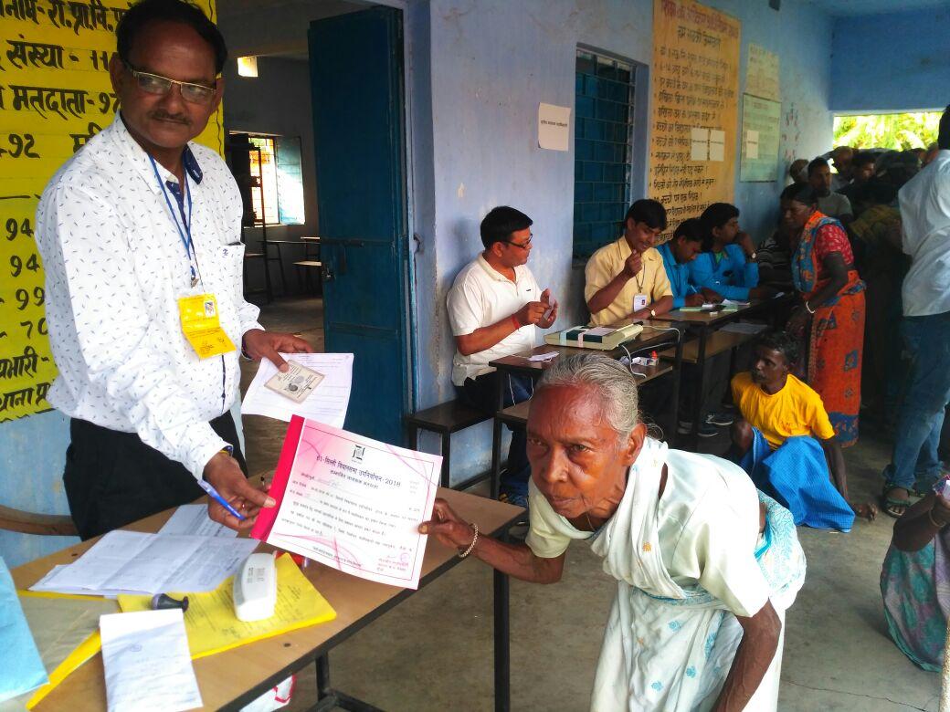 <p>सिल्ली विधानसभा उपचुनाव&nbsp; - प्रथम महिला मतदान करने वाली बुजुर्ग महिला को प्रमाण पत्र दिया गया |</p>
