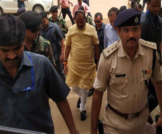 <p>CM Raghubar Das visited RIMS hospital in Ranchi to look after viral fever affected party(BJP) Organisation Secretary Dharmpal Singh who was undergoing treatment inside its paying…