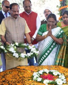 <p>Jharkhand Chief Minister Raghubar Das paying floral tribute to tribal leader freedom fighter Birsa Munda on the occasion of his birth anniversary and Jharkhand's 18th Foundation…