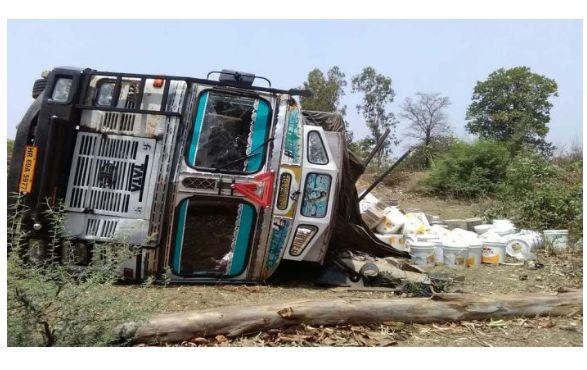 <p>बरही(हजारीबाग)। पंचमाधव जीटी रोड में एक ट्रक एचआर 69 ए- 5977 अनियंत्रित होकर पलट गया। गाड़ी में 14 टन फेविकोल लोड भरा था। गाड़ी हरियाणा के अम्बाला से कोलकाता जा रही थी। ड्राइवर देवीदत्त&#8230;
