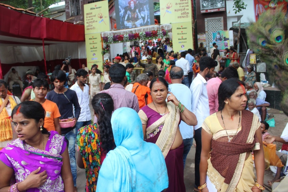 <p>With Shravani Mela beginning today,devotees lined up and climbed up Pahari Mandir in Ranchi and offered prayers before Bhagwan Shiva.</p>