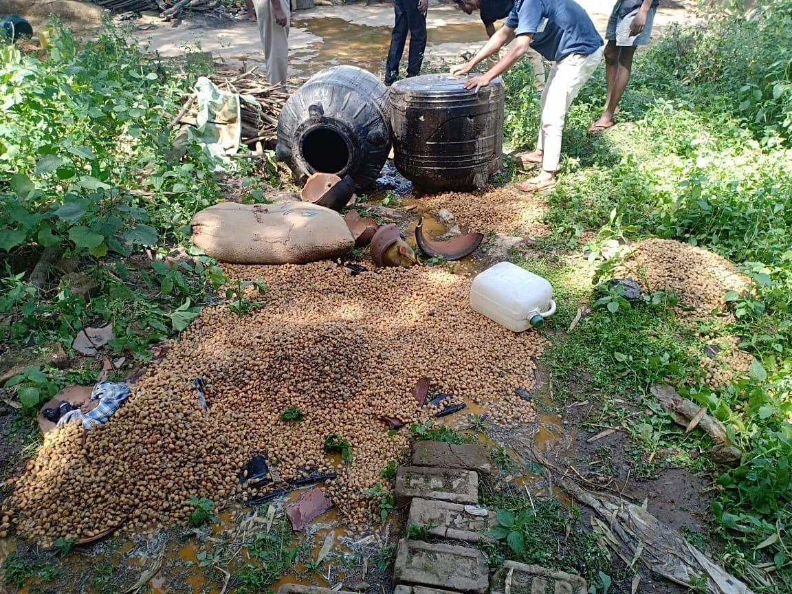 <p>Ranchi - Nagri: Police on the basis of secret information, raided a house in Meral village and siezed a large quantity of country liquor barrel and destroyed excess amounts…