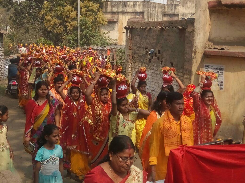 <p>बेरमो:-सेन्ट्रल कॉलोनी दुर्गा मंडप में गायत्री परिवार की ऒर से भब्य कलश यात्रा की एक झलक |</p>