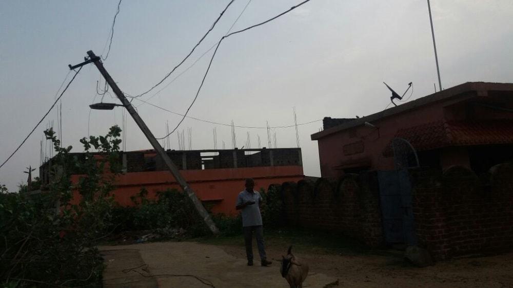 <p>जामताड़ा जिला मुख्यालय स्थित वार्ड नंबर आठ कायस्थपाडा हीरासार अंस राज किशोर सिंह पत्रकार के घर के समीप आठ माह से जर्जर विद्युत पोल जो विगत 2017 अक्टूबर माह में आए आंधी तुफान से…