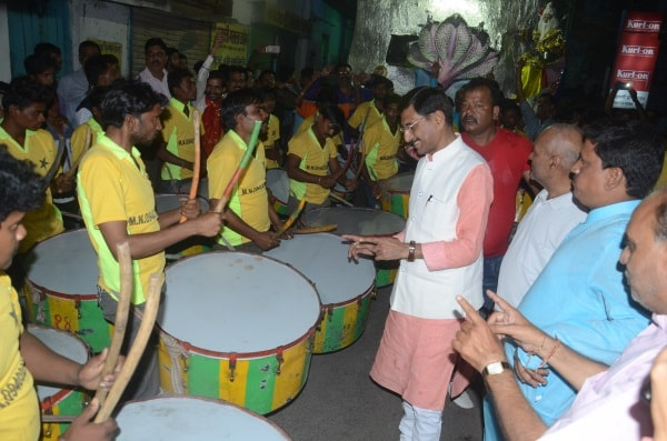 <p>Jharkhand Khadi Gram Udyog Sangh chairman Sanjay Seth encouraging the Ram Navami processionists in Ranchi.</p>