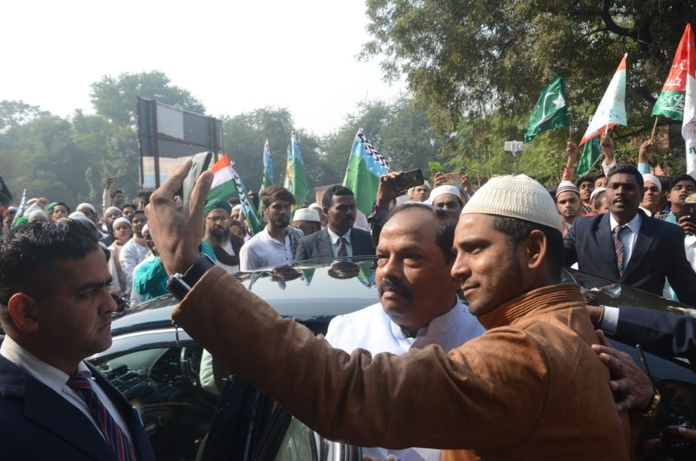 <p>CM Raghubar Das congratulated the Muslim brothers on the occasion of Eid Miladunnabi and greeted them. He meet people from the muslim community at Jamshedpur before flying to Ranchi.</p>…