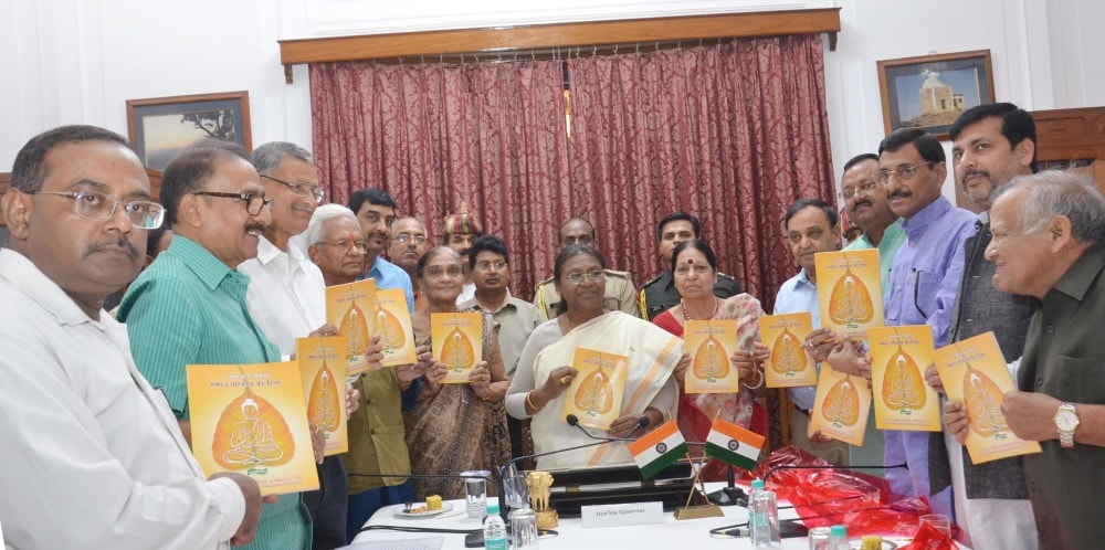 <p>Governor Droupadi Murmu along with Authors, Writers and other senior officials releases books at Raj Bhawan in Ranchi on Wednesday.&nbsp;</p>