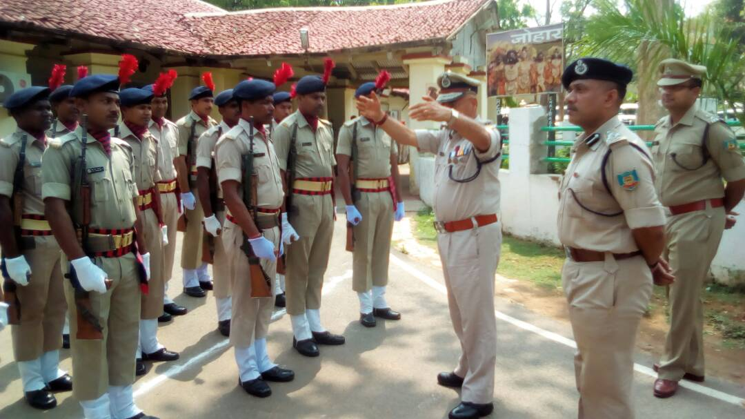 <p>Jharkhand DGP DK Pandey boosted up morale of the Police personnel in Chaibasa by meeting them holding a one-to-one session with them.</p>