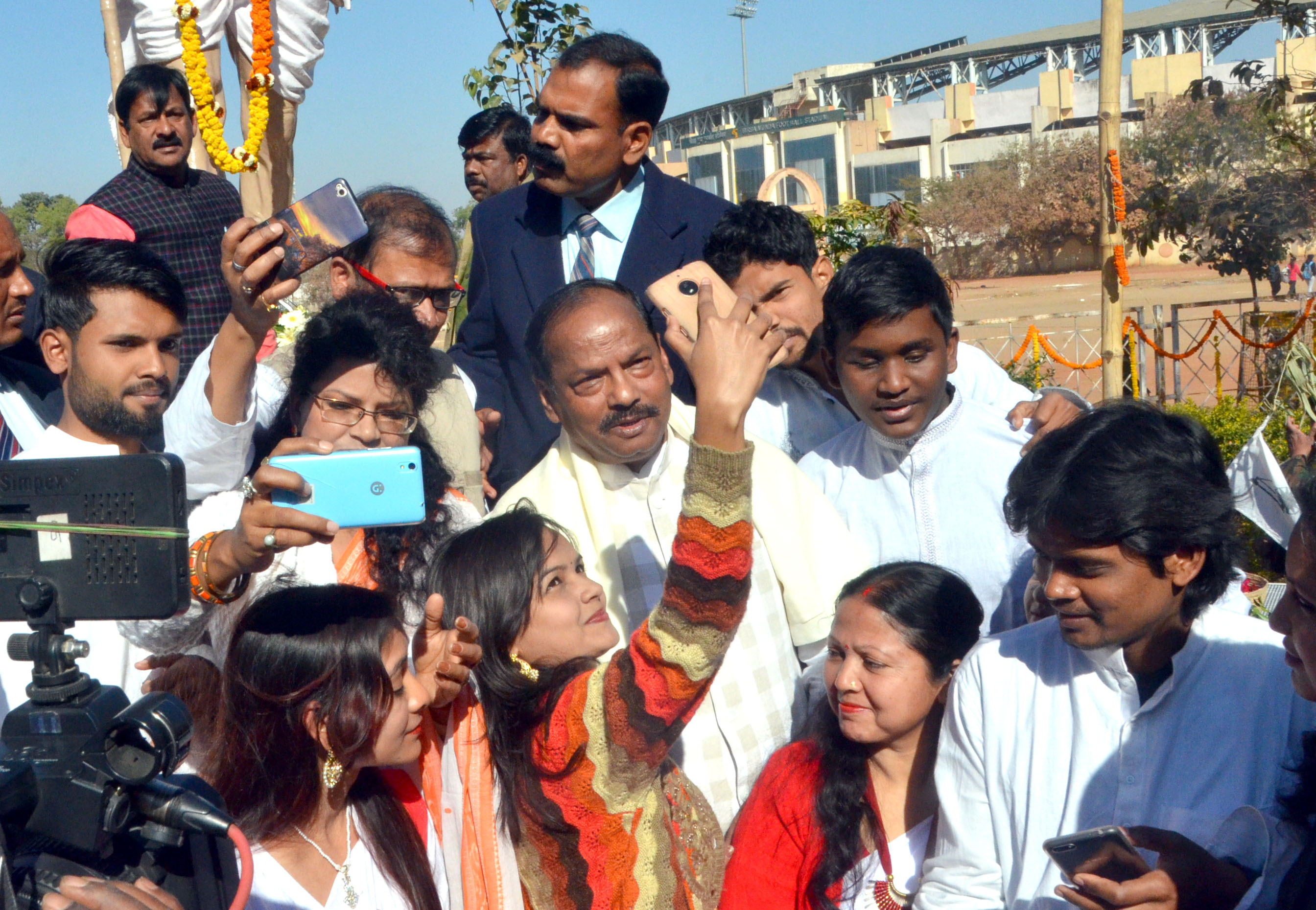 <p>A girl take selfie with Chief Minister Raghubar Das after pays tribute at Mahatma Gandhi's statue on his 70th death anniversary at Morhabadi Ground in Ranchi on Tuesday. </p>…