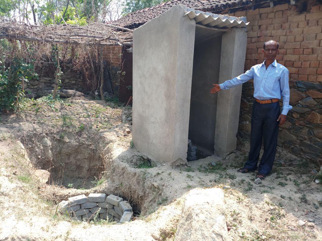 <p>जमशेदपुर - पोटका प्रखण्ड के जामदा पंचायत के पोड़ा भालकि में पिछले 8 महीने से अधूरा है दर्जनों शौचालय   लोगो ने कहा आधा अधूरा बना कर छोड़ दिया गया शौचालय, नही हो रहा है उपयोग, बाहर…