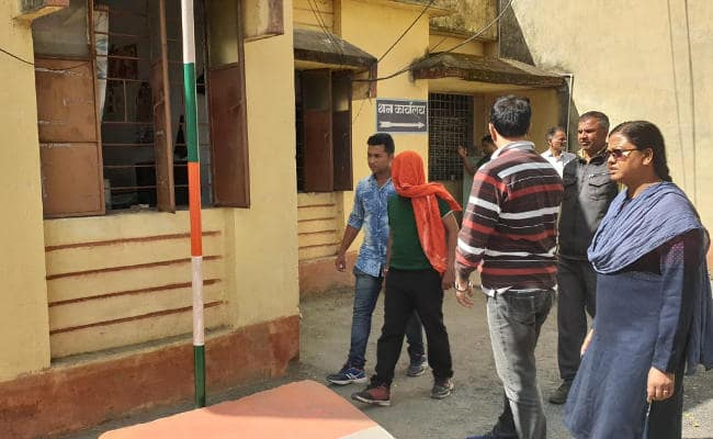 <p>Six opium suppliers linked with Maoists were arrested at Parasnath Railway station in Giridih district in wee hours today. They were in possession with 14 kgs of opium and were…
