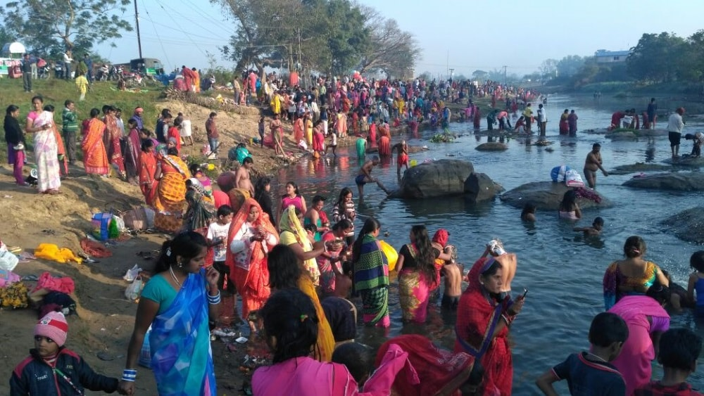 <p>Scores of devotees offered prayers on the banks of Swarnrekha river at Namkum, Ranchi&nbsp;on the occasion of Guru Purnima on Saturday</p>