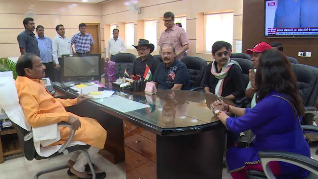 <p>Team Members of the Film-Ajab Singh Ki Gajab Kahani-met Jharkhand Chief Minister Raghubar Das in Ranchi today.</p>