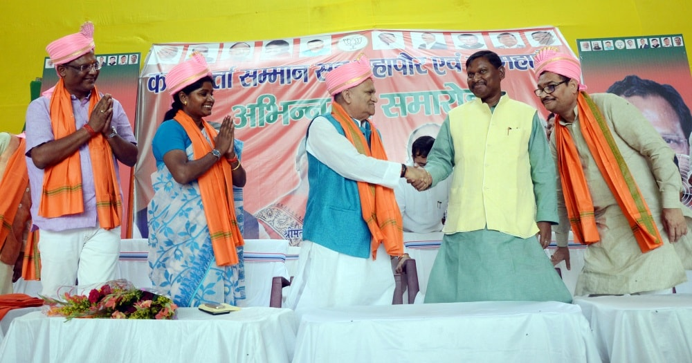 <p>Former Chief Minister Arjun Munda shakes hand with Urban Development Minister CP Singh during a felicitation ceremony of newly elected Mayor, Deputy Mayor and&nbsp;councillors at&#8230;