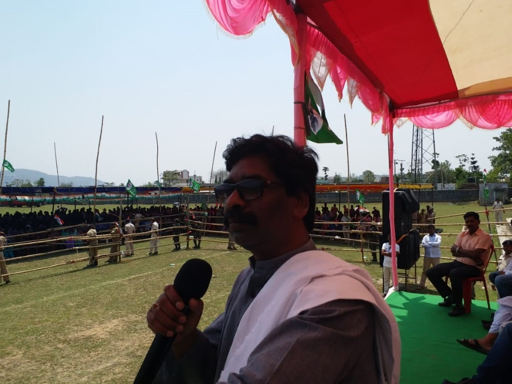 <p>JMM leader Hemant Soren addressing a public meeting in Lohardaga in favour of Congress under Mahagatbandhan candidate Sukhdeo Bhagat</p>
