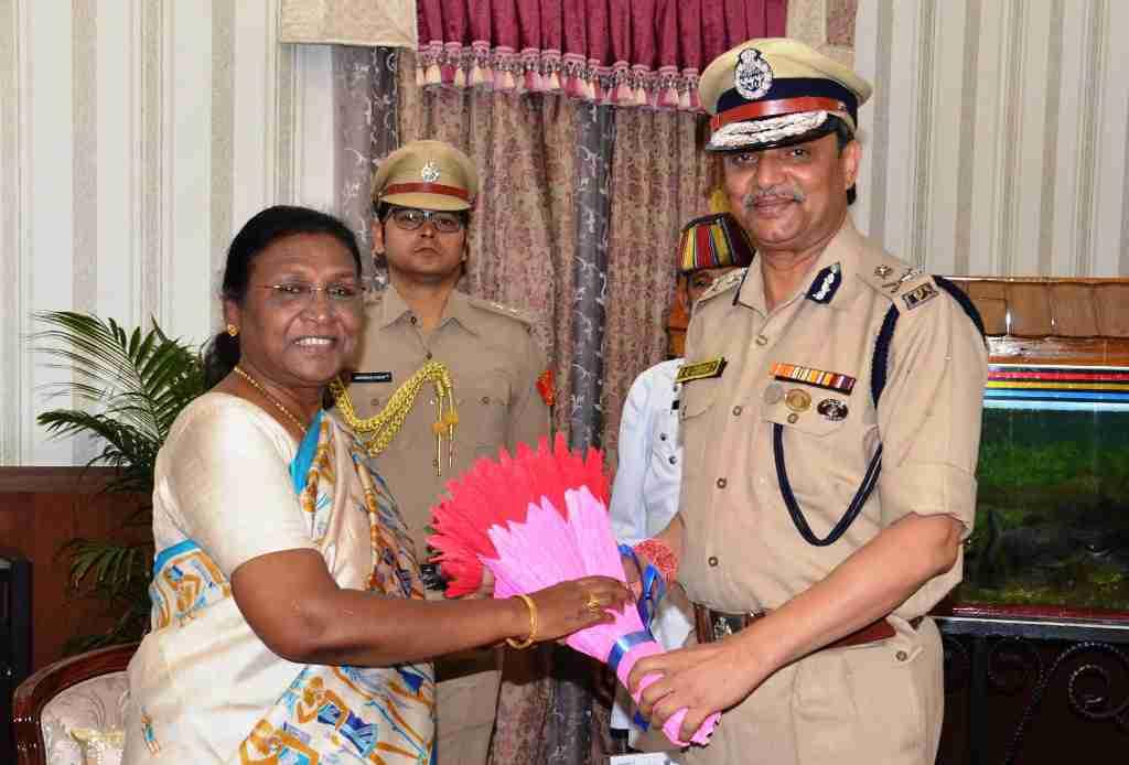 <p>The new Director General of Police, Kamal Nayan Chaube metGovernor Draupadi Murmu at Raj Bhawan, Ranchi on dated 09/06/2019</p>