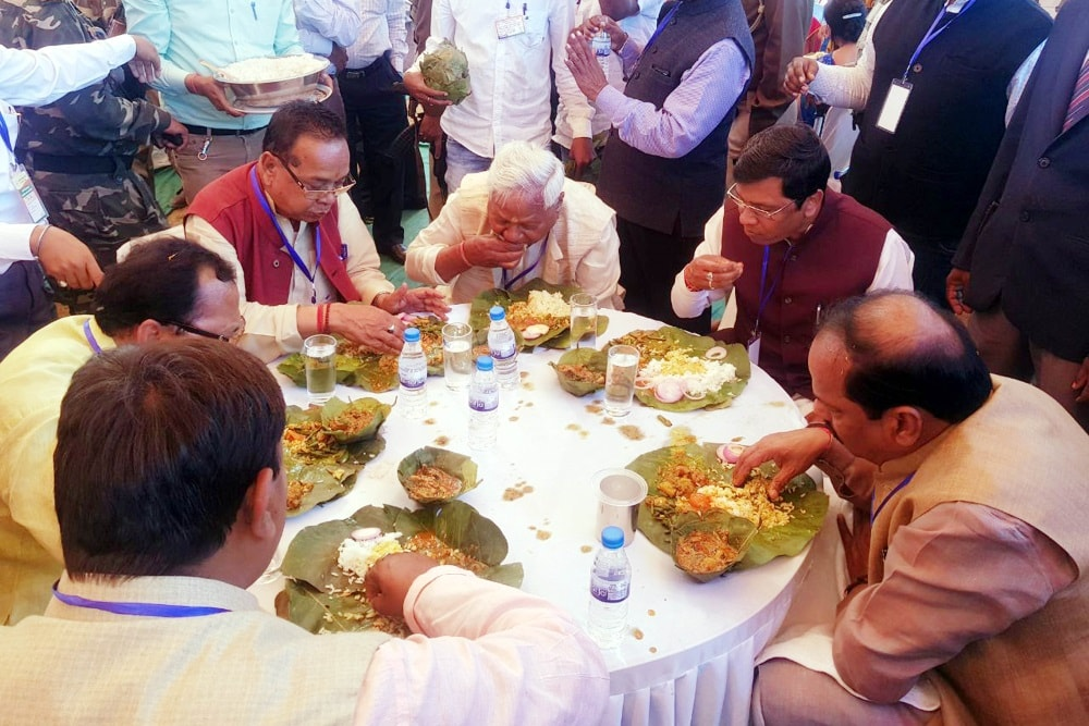 <p>Chief Minister Raghubar Das along with State BJP President Laxman Giluwa, MoS Tribal Affairs Sudarshan Bhagat, Ranchi MP Ramtahal Choudhary and party senior leaders having meal…