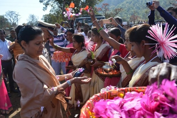 <p>Jharkhand Chief Secretary Rajbala Verma who along with DGP DK Pandey visited Latehar and reviewed Saryu Action Plan was greeted by organisers of the district administration in Latehar.</p>&#8230;