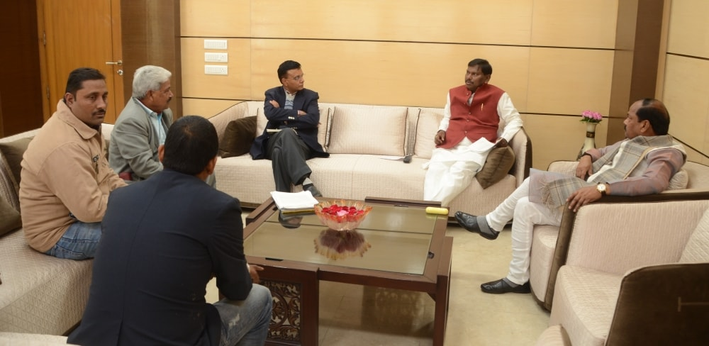<p>A delegation led by&nbsp;former Chief Minister Arjun Munda met the CM&nbsp;Raghubar Das on Wednesday.</p>