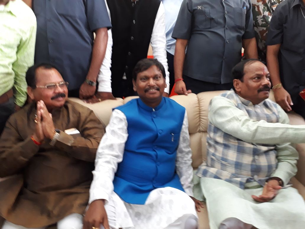 <p>On the occasion of Kali puja at ex-CM Arjun Munda&#39;s house in Jamshedpur, CM Raghubar Das, Speaker Dinesh Uraon, minister Laxman Gilwa and others took part in the puja.</p>