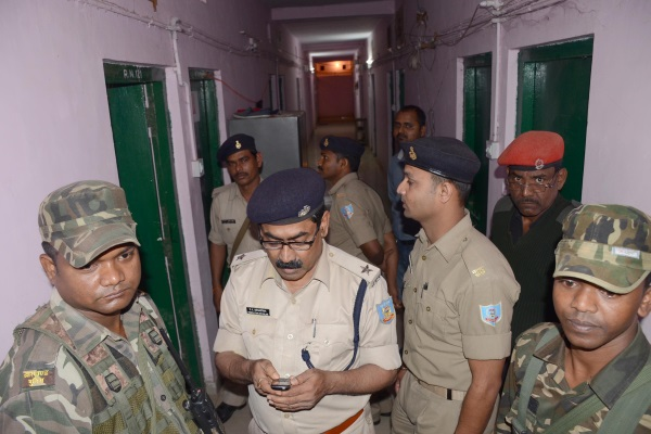 <p>Police personnel investigate side of RIMS hostel number -2 where MBBS student Vishal Kumar committed suicide&nbsp;on Friday.</p>
