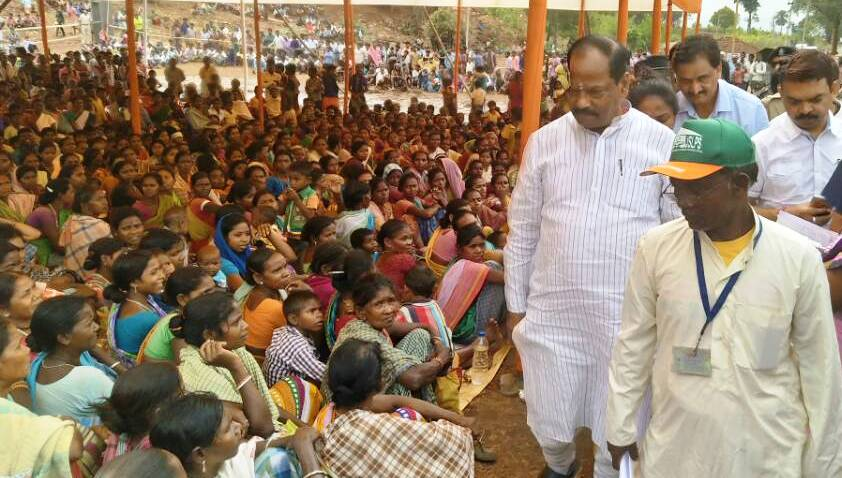 <p>Days after getting defeated by the Opposition JMM in Littipara Assembly By Poll recently,BJP leader and Chief Minister Raghubar Das walked around in front of the Block Development…