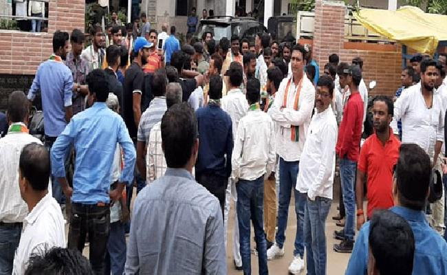 <p>Congressmen box each other: After the grand old party was routed out in LS polls Jharkhand, there was dead silence in its state unit office in Ranchi. Now, silence has been overpowered…