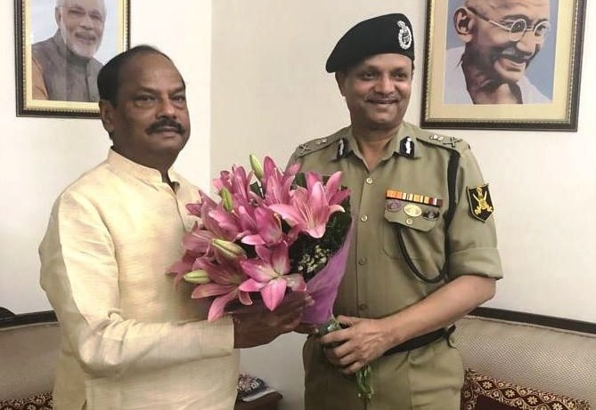<p>Kamal Nayan Choubey the new DGP of Jharkhand met theChief Minister, Raghubar Das, in New Delhion Friday. It was a courtesy call.</p>