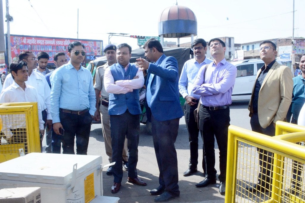 <p>Municipal Commissioner Shaantanu Agrahari along with State Urban Development Agency (SUDA) Director Rajesh Sharma and other officers inspecting traffic management system under…