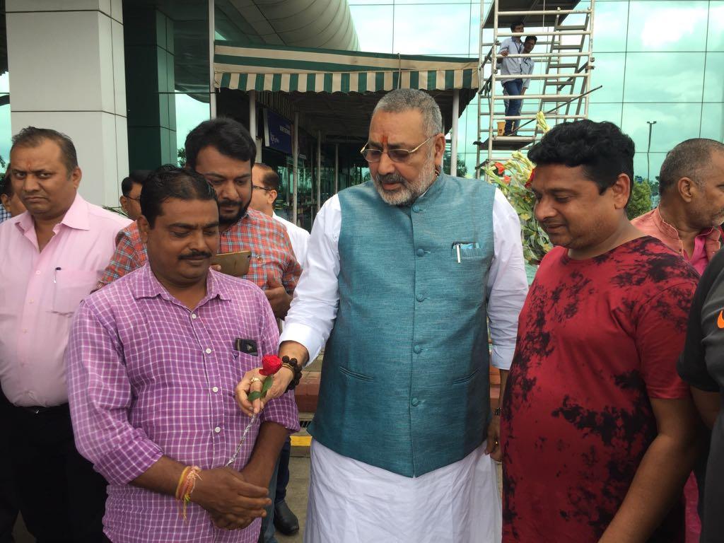 <p>केंद्रीय मंत्री गिरीराज सिंह का राँची एयरपोर्ट मे बीजेपी युवा मोर्चा के द्वारा स्वागत किया गया।</p>