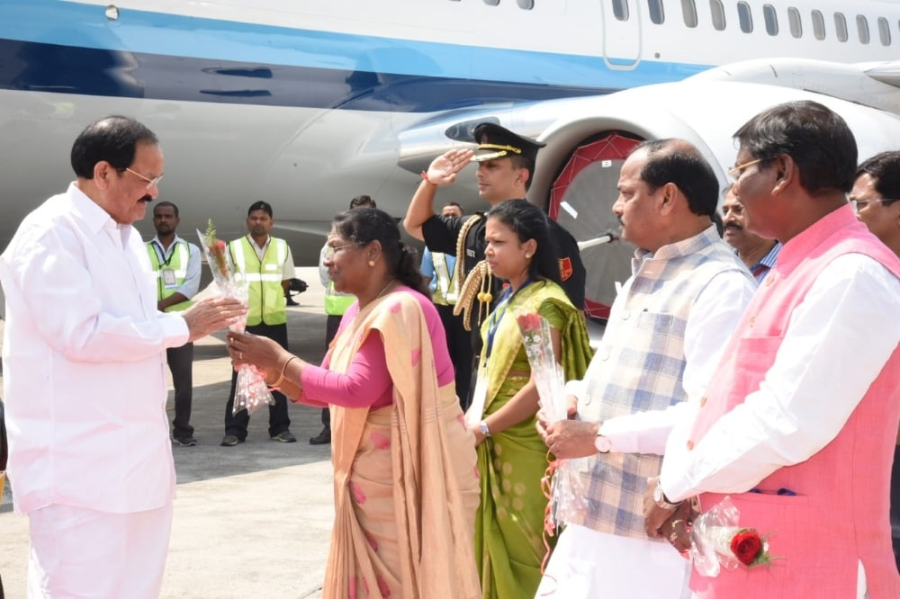 <p>The Governor of Jharkhand Honorable Draupadi Murmu greeting the Vice President of India at Birsa Munda airport on his visit to Jharkhand on Thursday.</p>
