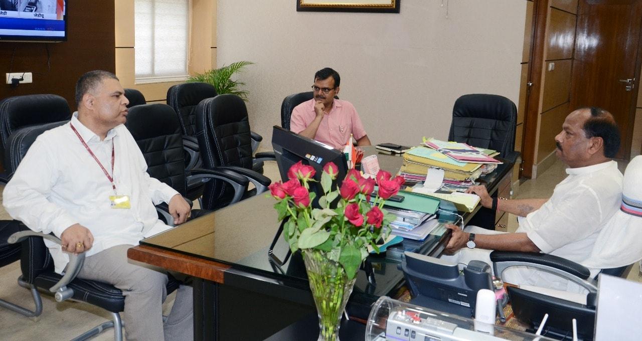 <p>मुख्यमंत्री रघुवर दास से झारखंड मंत्रालय में भारतीय विदेश सेवा के पदाधिकारी ओम प्रकाश ने भेटवार्ता की आज दिनांक&nbsp; 16/07/2018 को |</p>
