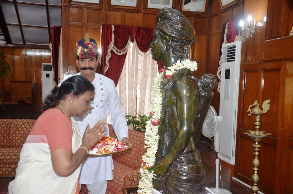 <p>माननीया राज्यपाल श्रीमती द्रौपदी मुर्मू ने आज भगवान बिरसा मुंडा की पुण्यतिथि पर दरबार हॉल स्थित उनकी प्रतिमा पर श्रद्धा-सुमन अर्पित किये on dated 09/06/2018</p>