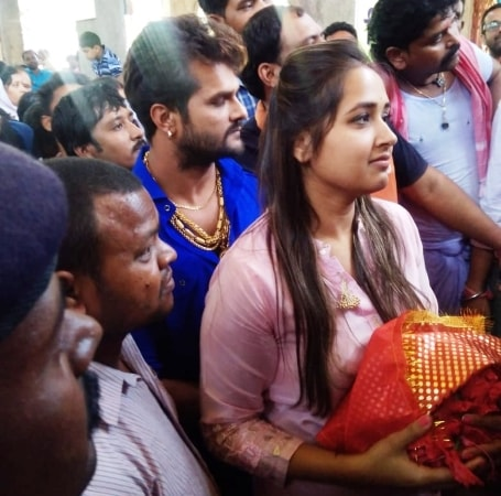 <p>भोजपुरी अभिनेता खेसारीलाल यादव और अभिनेत्री काजल राघवानी पहुंचे देवड़ी मंदिर पूजा करने,दोनों को देखते ही प्रशंसको की भीड़ जुटने लगा था।</p>