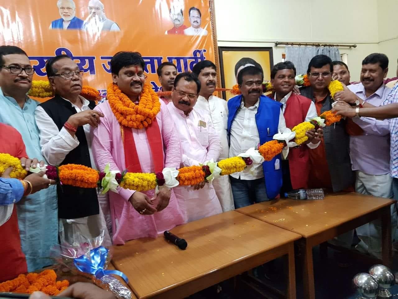 <p>कांके जीप सदस्य अनिल महतो उर्फ अनिल टाइगर समर्थकों के साथ भाजपा में शामिल हुए स्वागत करते प्रदेश अध्यक्ष, जिलाध्यक्ष के साथ रांची सांसद रामटहल चौधरी, प्रदेश उपाध्यक्ष आदित्य प्रसाद,महामंत्री&#8230;