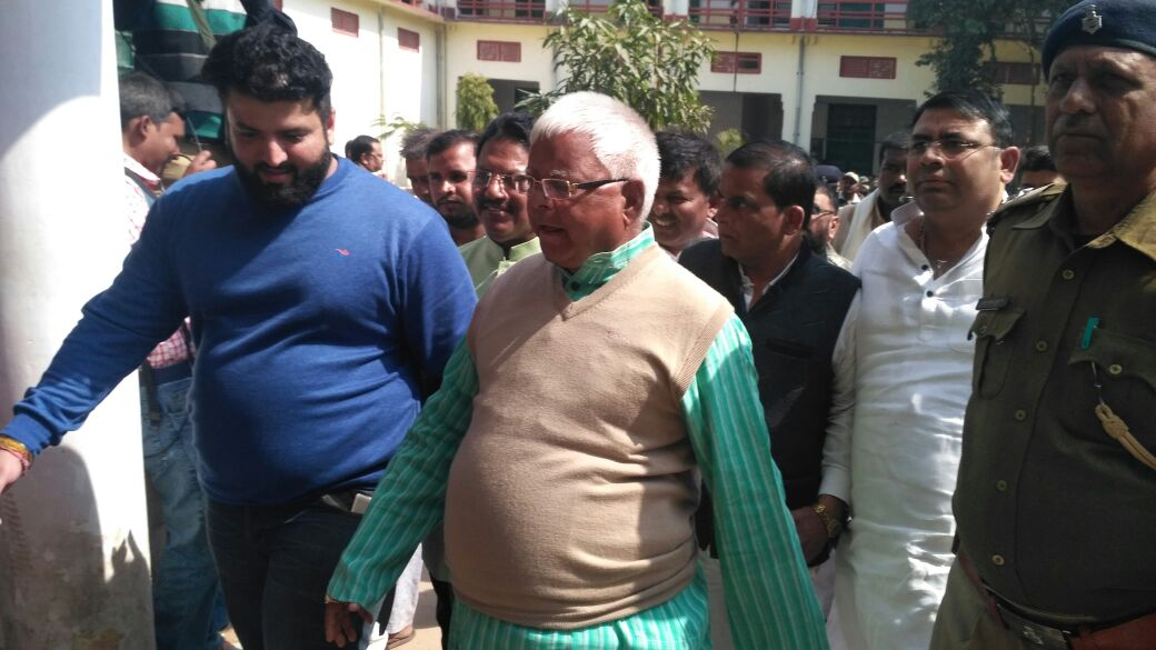<p>RJD Chief Lalu Prasad Yadav being taken to special CBI court in Ranchi on Monday in connection with the fund embezzlement from Chaibasa treasury.</p>