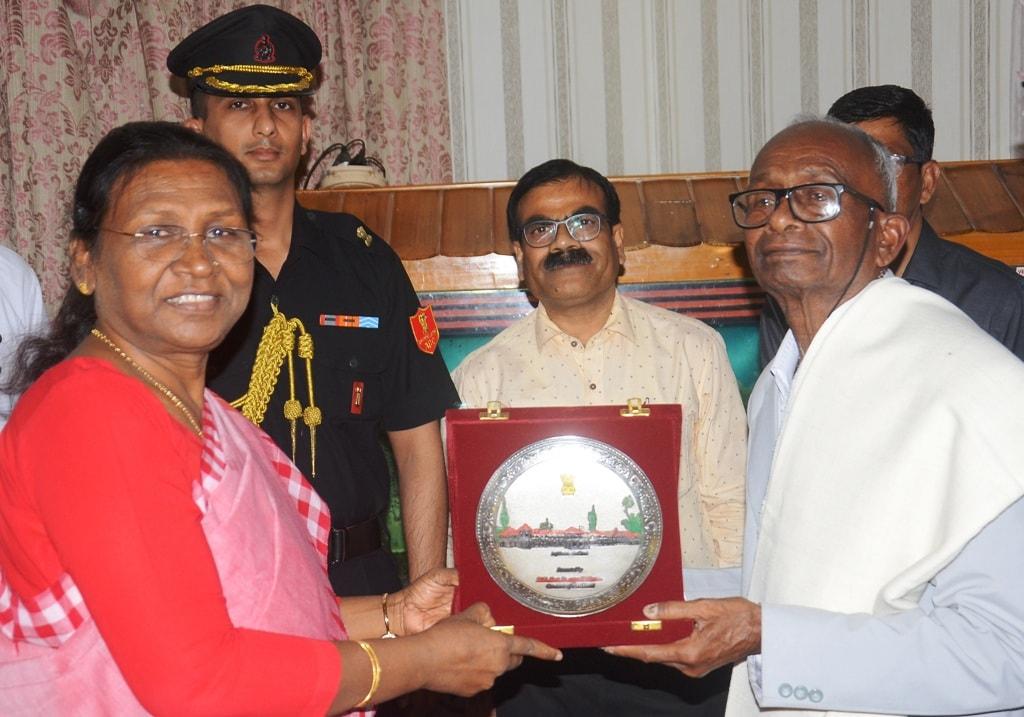 <p>माननीया राज्यपाल द्रौपदी मुर्मू ने पद्मश्री दिगंबर हांसदा को पद्मश्री मिलने पर बधाई दी |</p>