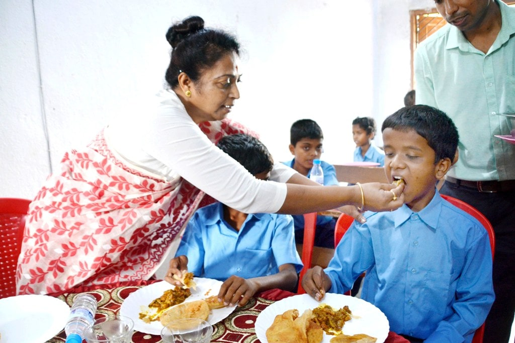 <p>Social Welfare Minister Louis Marandi offer a meal to a blind student during the inauguration of Braille Teaching Device Annie at State blind middle school, Harmu in Ranchi on Tuesday.</p>…
