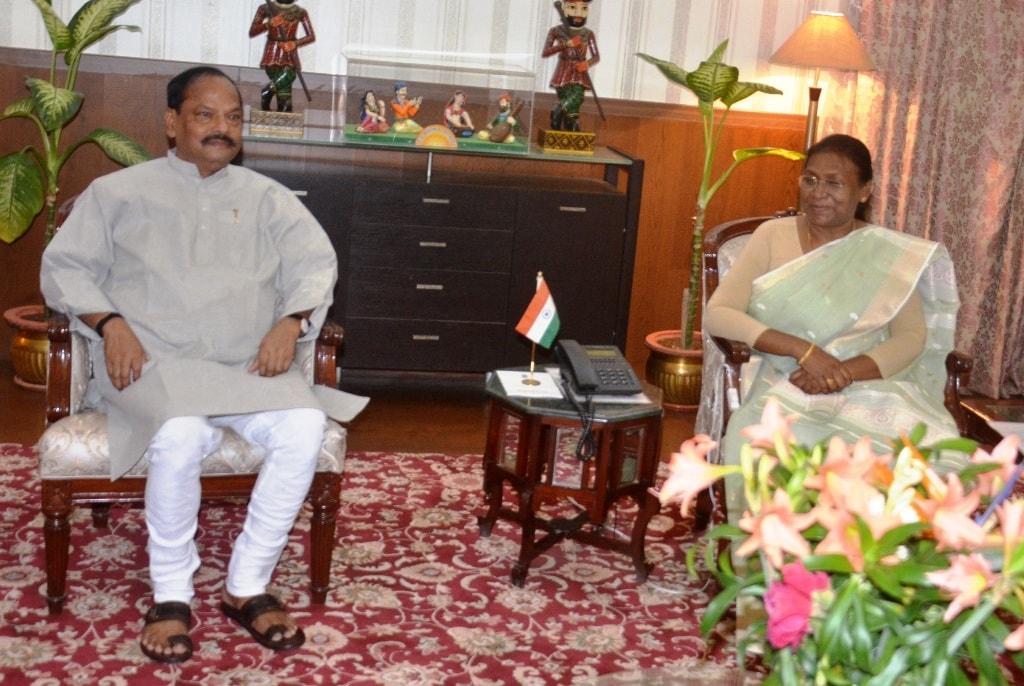 <p>माननीया राज्यपाल श्रीमती द्रौपदी मुर्मू से मुख्यमंत्री श्री रघुवर दास ने आज राजभवन में मुलाकात की। यह एक शिष्टाचार भेंट थी |</p>