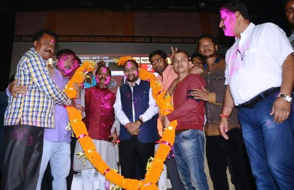 <p>Celebrating the grand victory of his party- BJP- in Assembly elections 2017 in five states including UP,Jharkhand Chief Minister Raghubar Das participated in Holi meet at Town Hall,Sidgora…
