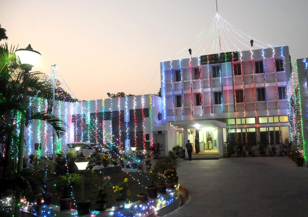 <p>Jharkhand &nbsp;Assembly building decorated &nbsp;with colourful electric lights on the eve of 17th Foundation Day celebration in Ranchi on Tuesday.&nbsp;</p>