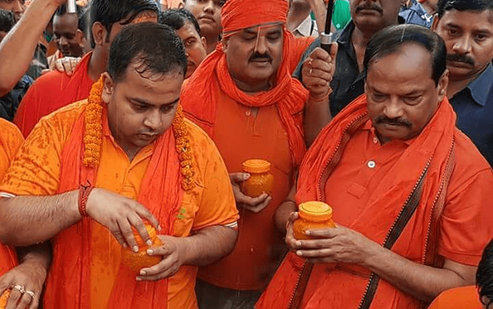 <p>Offering holy water over God Shiva at Suryadham Shivalya in Jamshedpur is Chief Minister Raghubar Das and his family members.</p>