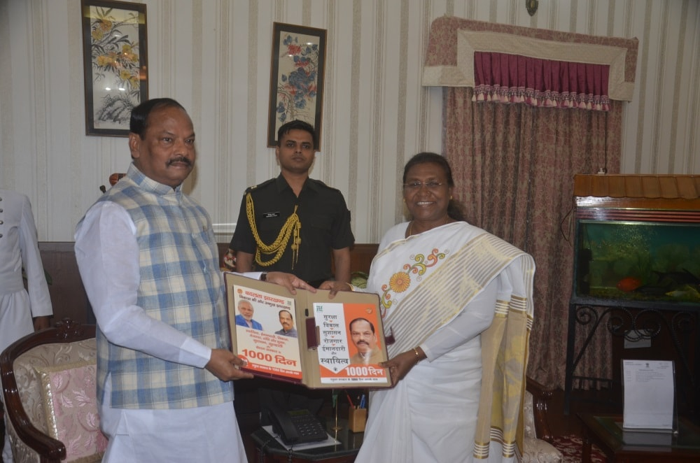 <p>Chief Minister Raghuvar Das met the Hon&#39;ble Governor Draupadi Murmu in Raj Bhavan today and presented the book &#39;Achievements of 1000 Days of Government&#39; published in&#8230;