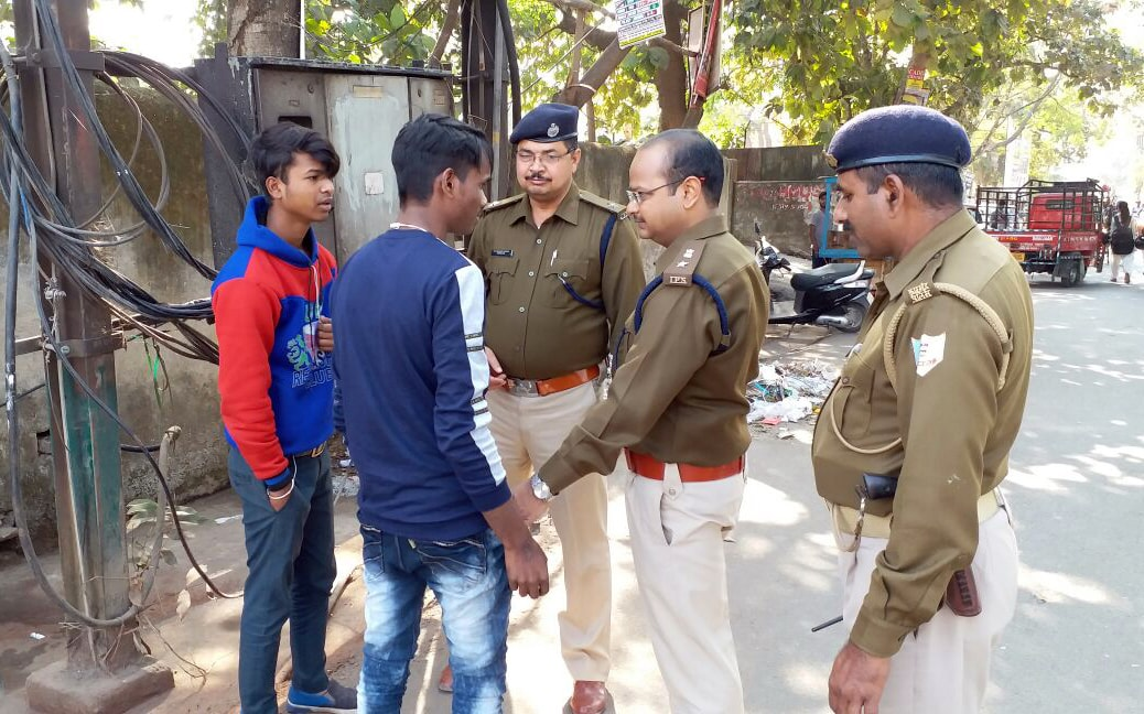 <p>City SP Aman Kumar along with Kotwali OC S Mandal conducted &nbsp;anti-romeo drive against the eve-teaser Romeo in front of Marwari College in Ranchi on Saturday.&nbsp;</p>