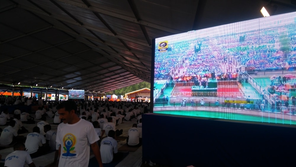 <p>LED Screens were put up at Morahabadi Maidan in Ranchi to make people see Prime Minister Narendra Modi doing Yoga in Lucknow.</p>