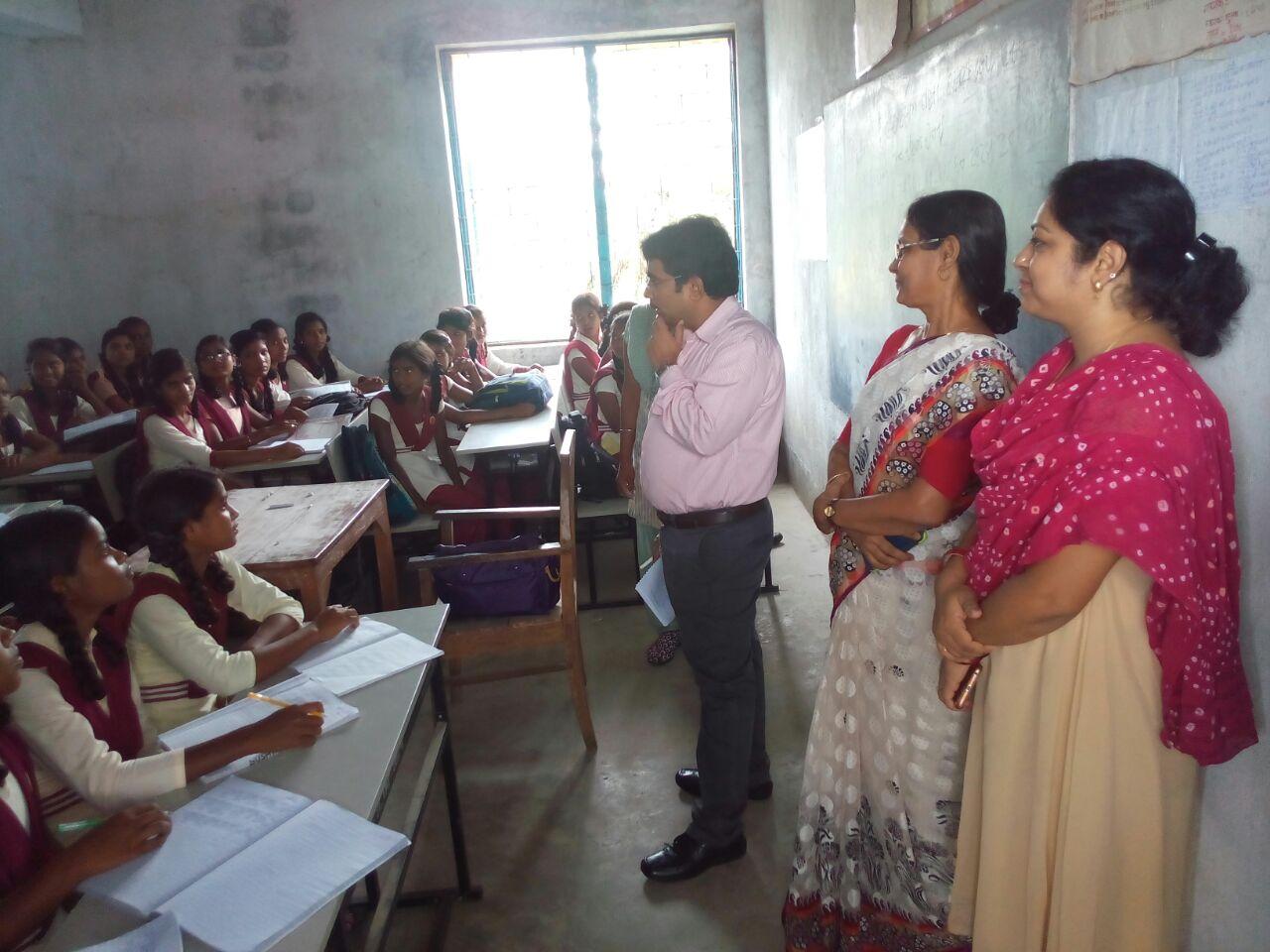 <p>खान सचिव श्री अबुबकर सिद्दीक पी स्कूल चले अभियान को लेकर चक्रधरपुर के विभिन्न विद्यालय का निरीक्षण कर रहे है। इस दौरान खान सचिव बच्चों से सीधा संवाद कर पढ़ाई और राजनेताओं के उसके&#8230;