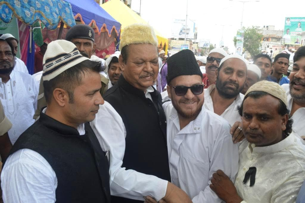 <p>Eid brings festivity.Ex Union Minister and Congress leader Subodh Kant Sahay with cap on head celebrated it by meeting friends and wishing them.</p>