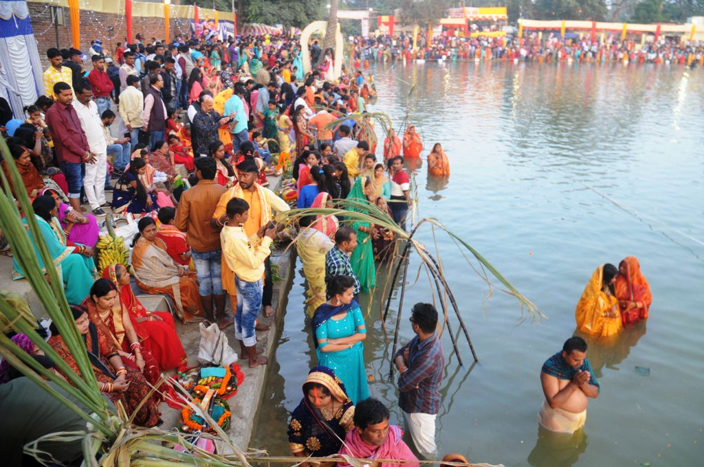 <p>Devotees pray to the rising Sun God at Bunos&nbsp;Talab Bahubazar, Ranchi with this the 4-day long Chhath festival concluded.</p>