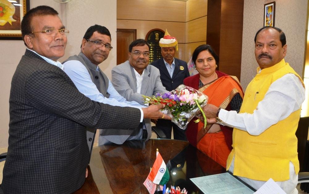 <p>मुख्यमंत्री रघुवर दास से झारखण्ड मंत्रालय में राज्य खाद्य आयोग के सदस्यों ने मुलाकात की।</p>
